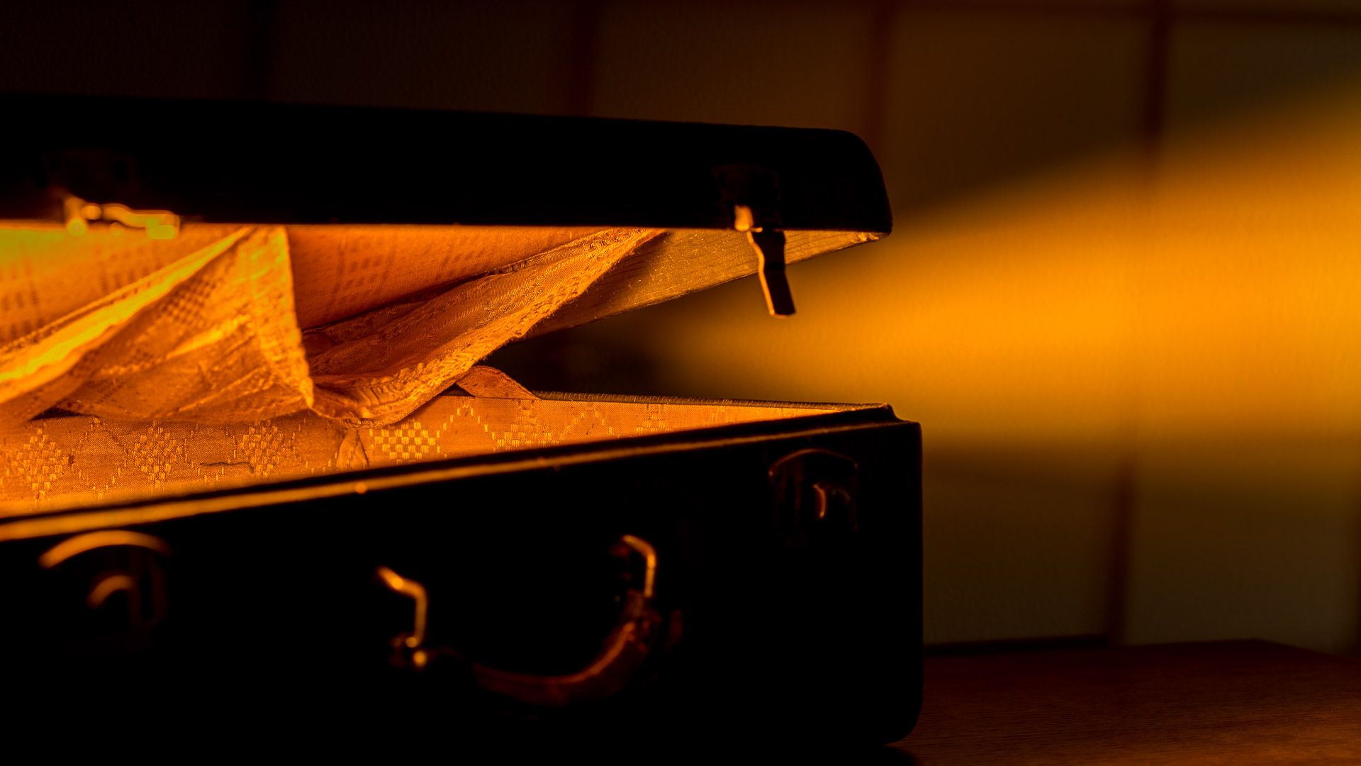 suitcase light outside box feature